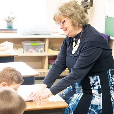 kindergarten-helping-student