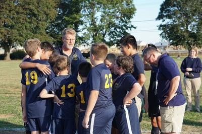 soccer-team-praying